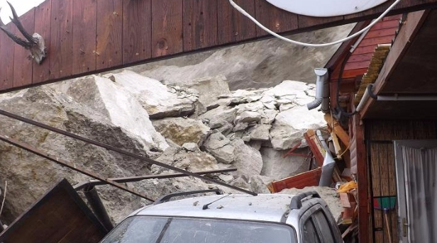 Házra omlott a hegyoldal Egerben – a tulaj megmenekült
