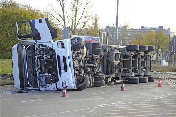 Felborult egy kamion Csepelen, a sofőr súlyosan megsérült
