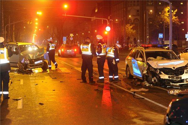 Négy autó csattant a Fiumei úton, rendőrök is megsérültek
