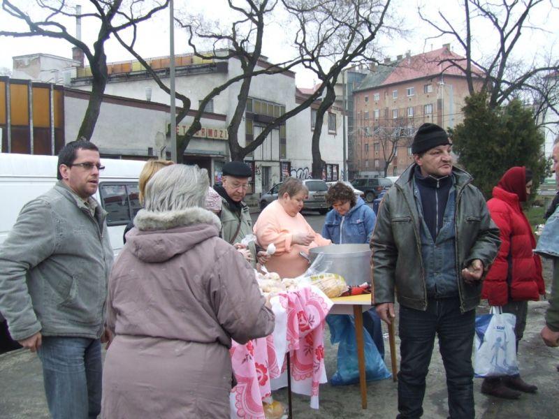 Véget vetnének az ingyenes ételosztásnak Debrecenben