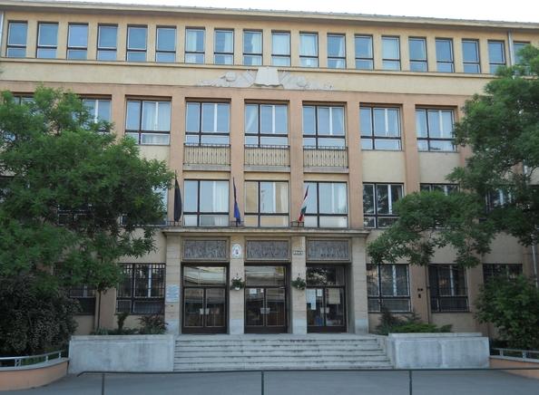 Rázuhant az ablak egy csepeli középiskola diákjaira