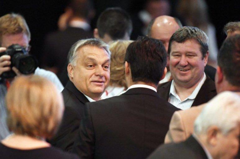 A miniszterelnök gratulált Tállai Andrásnak, miután elintézte, hogy olcsóbb legyen a benzin