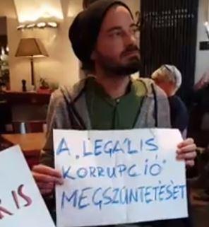 Vicces hangvételű posztban mondta el véleményét Deutsch Tamás a budai étterem elfoglalásáról