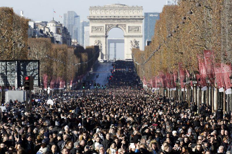Énekelve búcsúztatta a tömeg Párizsban a francia Elvist – Emmanuel Macron is beszédet mondott