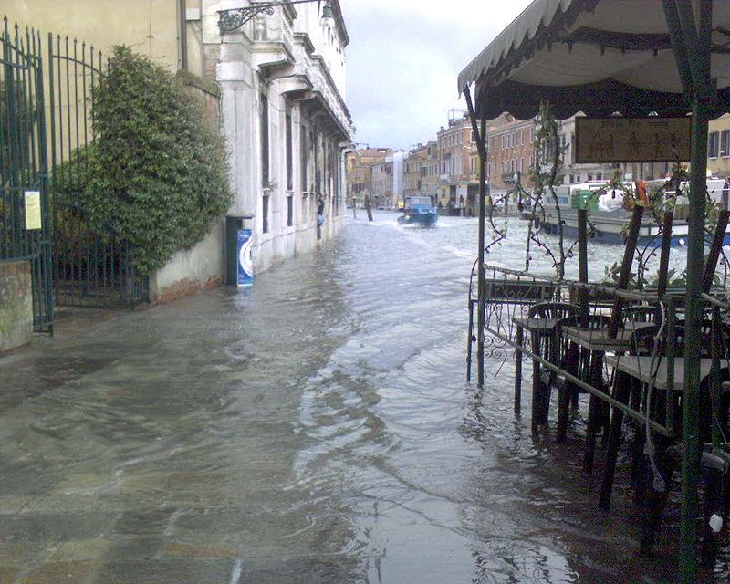 Áradások és jég sújtja Olaszországot, Velencét a tenger is meglátogatta