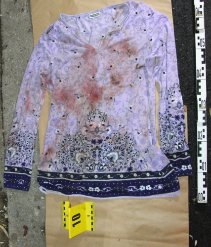 Ez véres, virágmintás felső vezethet el a nyíregyházi csecsemőgyilkoshoz