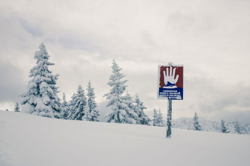 Három hegymászót sodort el a lavina Romániában – kettőt még keresnek