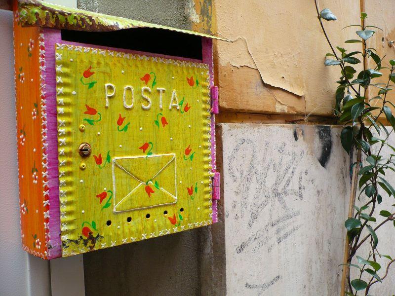 Több ezer kézbesítetlen levelet találtak egy lakótelep tárolójában