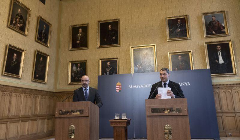 Lázár: A kormány nem akarja kitiltani Sorost