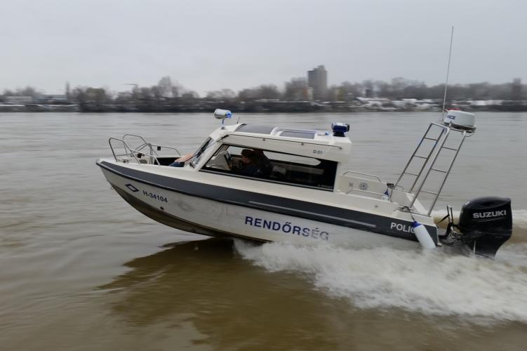 Dunába esett egy férfi Újpestnél, a rendőrök mentették ki a vízből