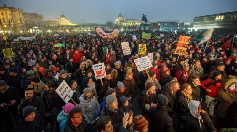 Több tízezren tüntettek Bécsben a szélsőségesnek tartott kormánytagok ellen