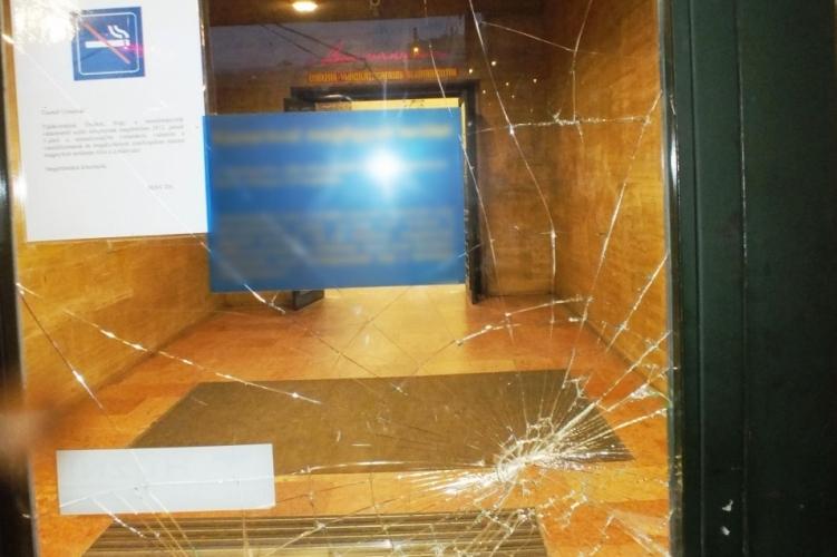 László keménykedett a vasútállomás ajtóüvegével, rendőrök mentek érte