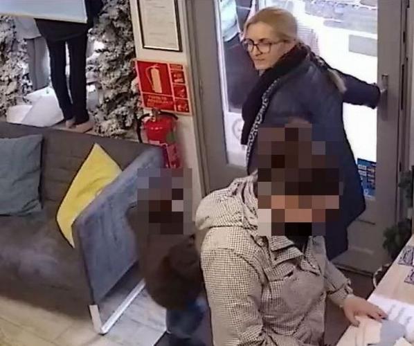 Pénztárcát lopott, a győri rendőrség keresi