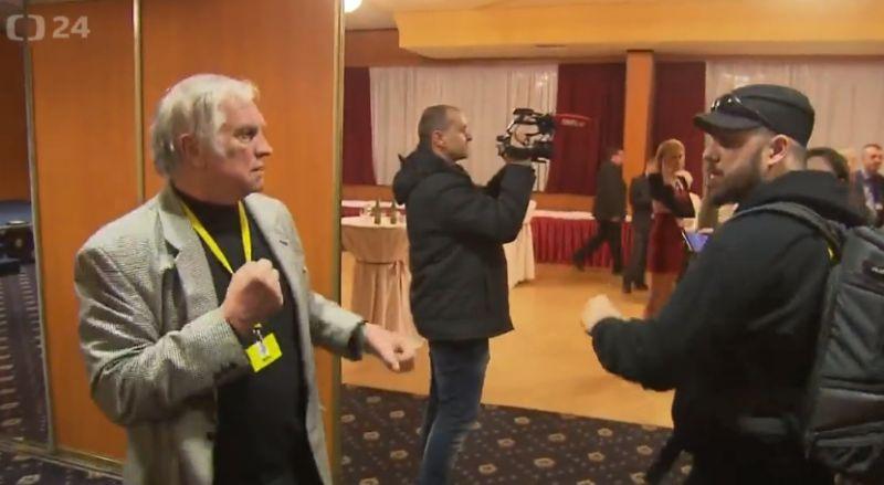 Az újraválasztott cseh elnök emberei nekimentek az újságíróknak – videó