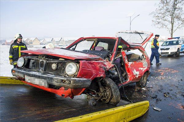 Halálos baleset volt Egerszalóknál – autó ütközött busszal – fotók