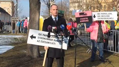 """Az Együtt szerint """"az elmúlt nyolc év elszalasztott nyolc év volt"""" – lakodalmas zenével zavarták meg Szigetvárit beszéd közben – videó"""