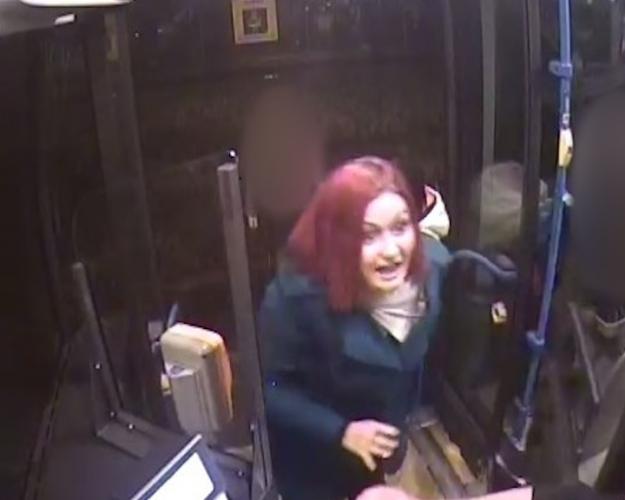 A nap körözési fotója a vörös hajú nőé, aki boxerrel a kezében kurvaanyázott a 168E busz mellett