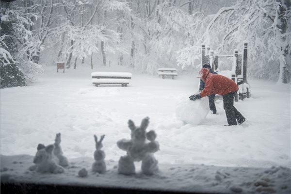 A hóember már a múlté – ők inkább menő hónyuszit építettek a Mecsekben  – fotó