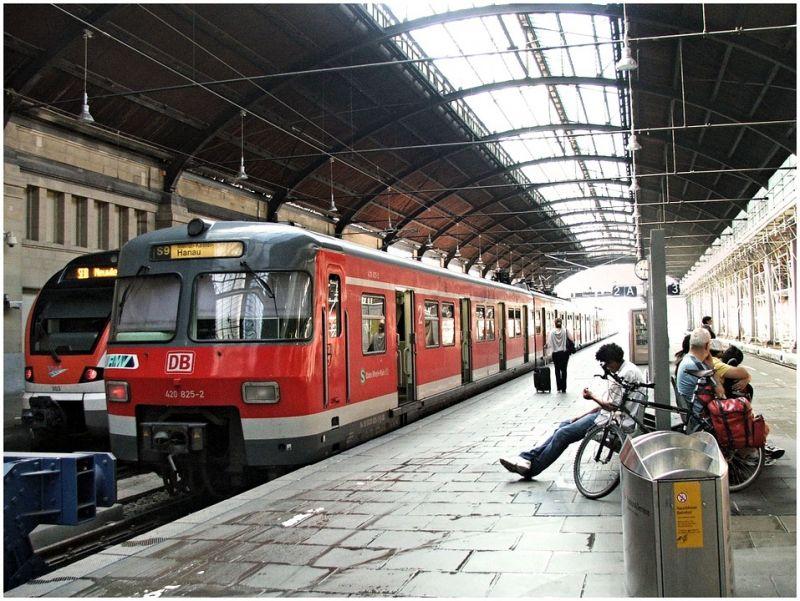 Rendőrnőnek lóbálta nemi szervét egy magyar férfi a müncheni vonaton