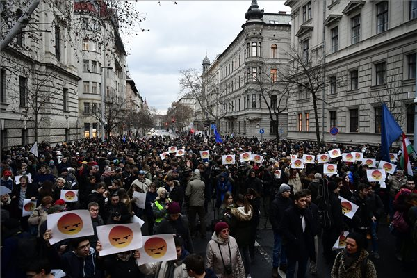 Igazságosabb oktatási rendszerért tüntettek a diákok a Parlament előtt