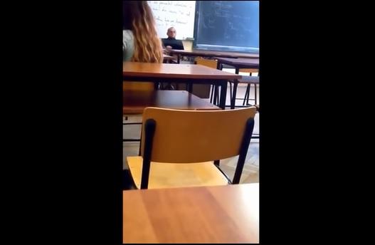Videó: tényleg maszturbált órán a tanár? Kirúgták a felvétel miatt