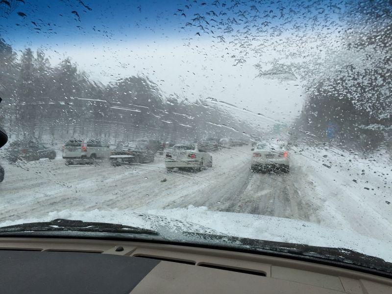 Havazás: durvul a közlekedési helyzet, egy több a baleset a közutakon