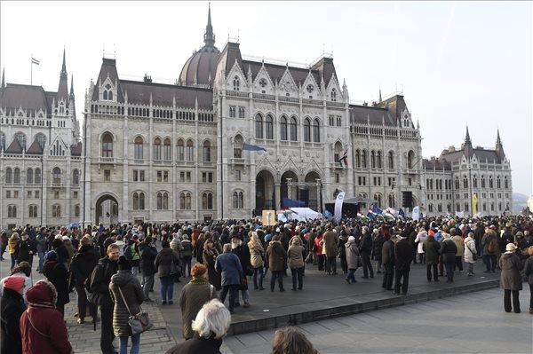 Nyilvános vitára hívták ki Orbán Viktort a diákok