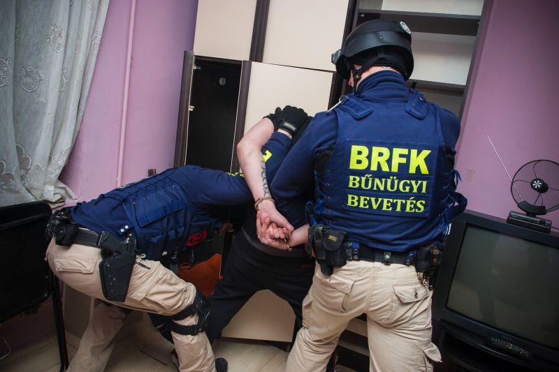 Drogárusokra csapott le a rendőrség a Hős utcában – videó