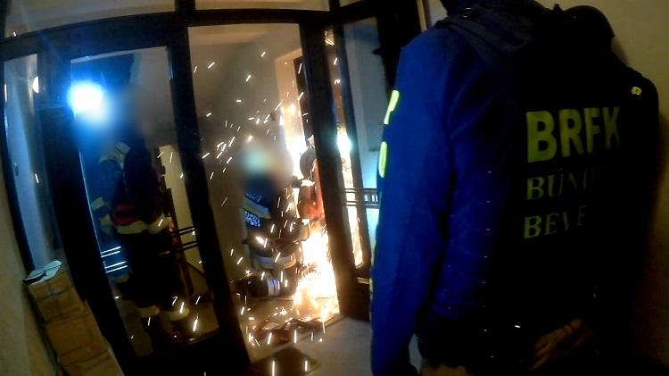 Az erkélyen keresztül próbált menekülni a díler a rendőrök elől – videó