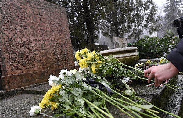 Budapest ostromának civil áldozataira emlékeztek a Farkasréti temetőben