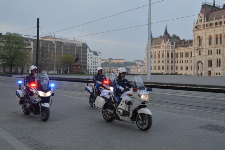 Rendőri felvezetéssel ment szülni az M7-esen bajba került nő