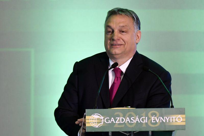 Orbán: nem engedhetünk be egyetlen migránst sem, meg kell védeni a kerítést
