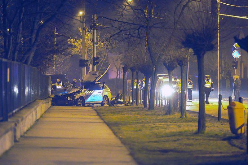 Itt vannak a képek a rendőrautók éjjeli halálos ütközéséről