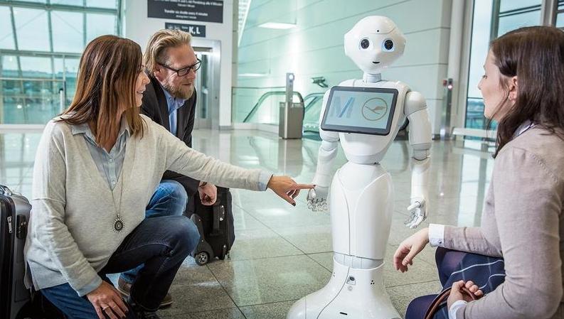 Humanoid robotot tesztelnek a müncheni reptéren