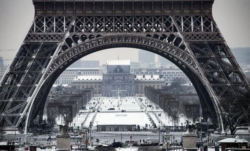 Párizsban az újabb havazás miatt komoly intézkedéseket rendeltek el