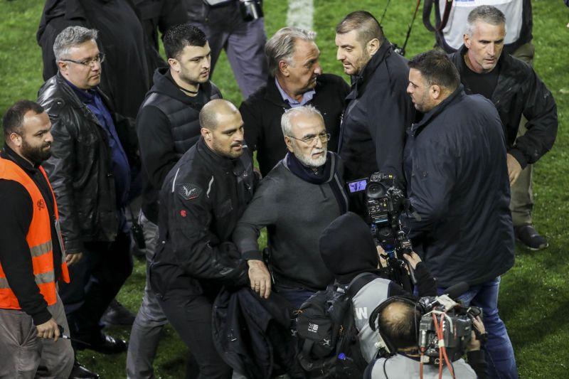Pisztollyal ment a pályára a PAOK igazgatója, felfüggesztették a bajnokságot