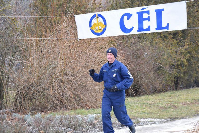 Most a rendőrök futottak, összesen 2018 métert!