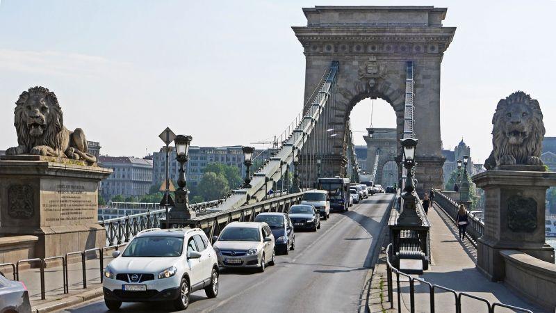 Farsang miatt több budapesti járat is máshogy közlekedik a hétvégén, a Lánchidat is lezárják