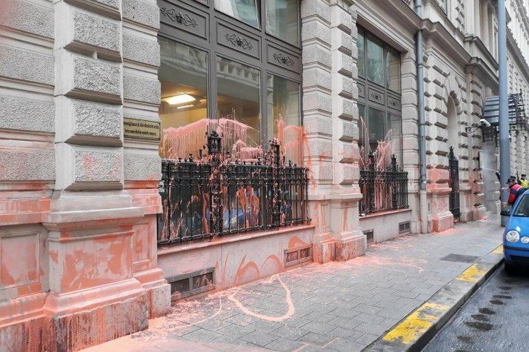 Nyomozást rendeltek el az ÁSZ épületét festékkel leöntők ügyében