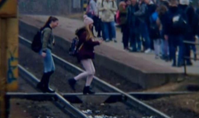 Hátborzongató: ezt két lányt majdnem elgázolta a vonat Pesterzsébeten