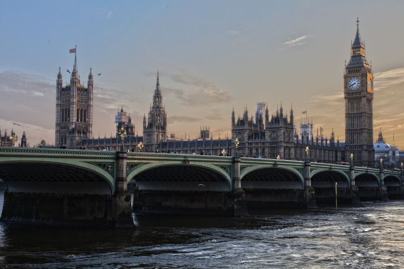Gyanús fehér port tartalmazó csomagot küldtek az angol parlamentbe