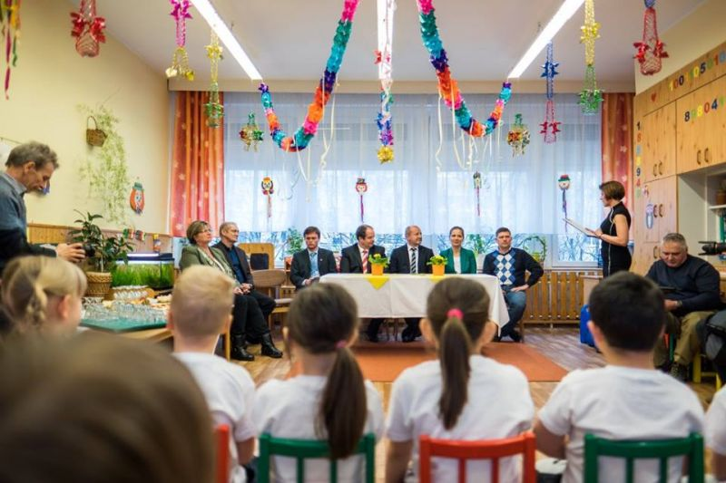 Kisgyerekekkel nézett farkasszemet Simicskó István, miközben átadta a korszerűsített óvodát