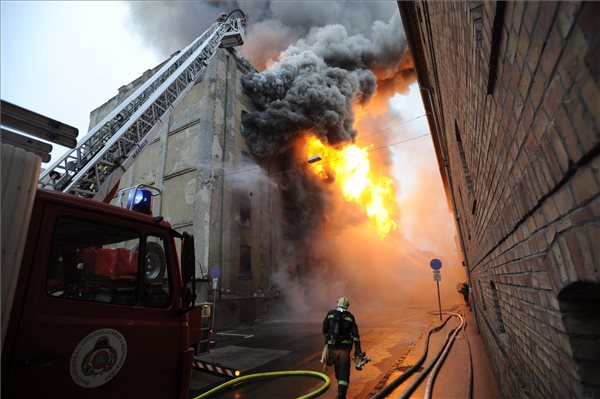 Lángokban állt egy Soroksári úti raktárépület – 45 tűzoltó oltotta el a hatalmas tüzet  – videó