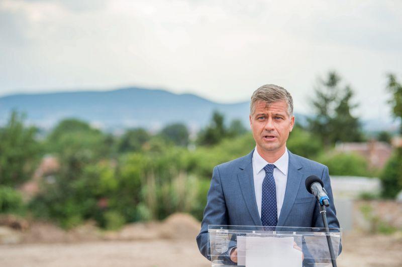 24.hu: havi 2,5 millió forint láthatatlan jövedelme van a fideszes képviselőnek