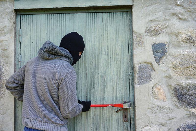 Műszaki áruházakat fosztogattak román férfiak
