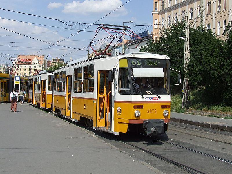Forgalmi okból a 61-es villamos terelve közlekedik, a 17-es villamos kihagyja a Villányi utat