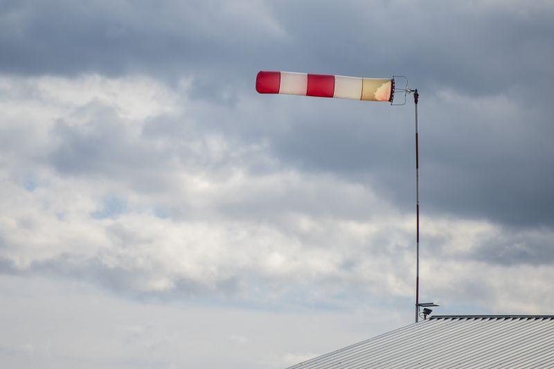 Videón, ahogy letépi a tetőt a Ciara egy belvárosi épületről