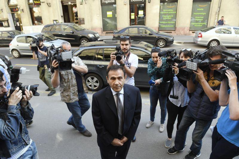 Fotó! Így érkezett meg Gyárfás Tamás pénteki tárgyalására