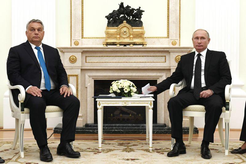 """""""Mint hogyha egy vidéki helytartót rendeltek volna be a központba eligazítás végett"""" – a Párbeszéd szerint szomorú látvány volt az Orbán-Putyin találkozó"""
