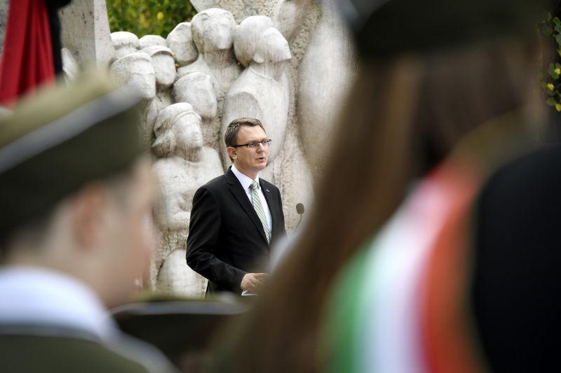 Rétvári: Magyarország a hősök földje